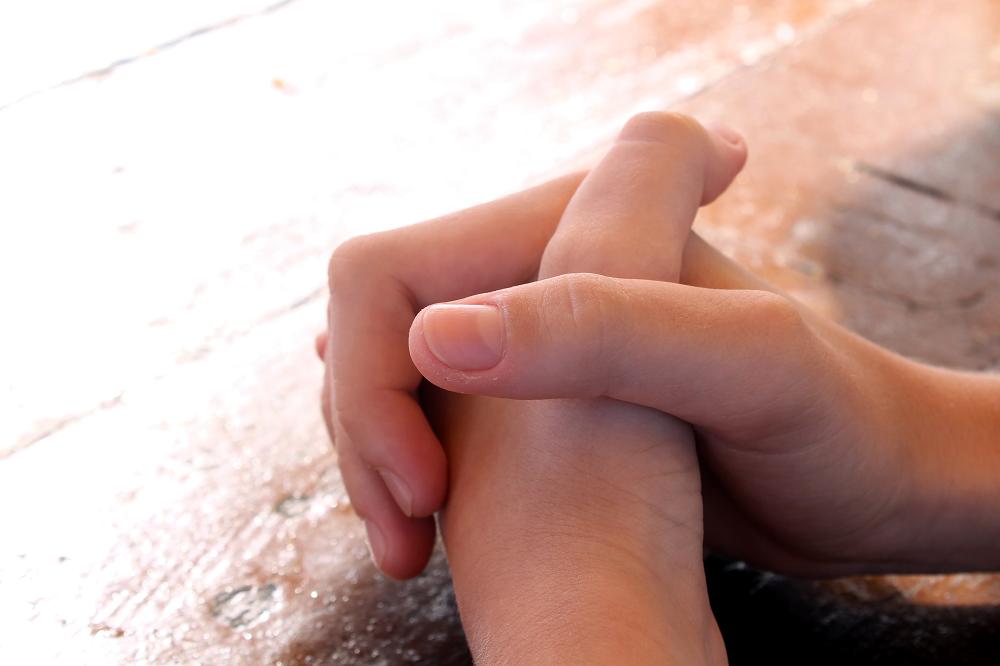祈り、手を組む