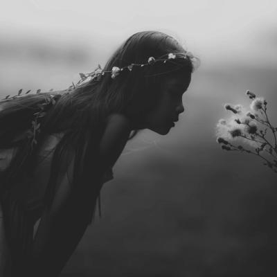 白黒 女の子 花