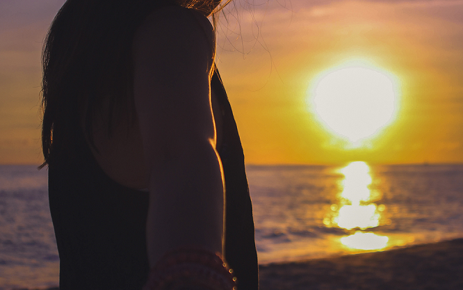 夕日、海、人