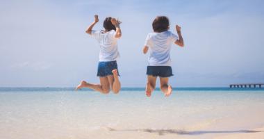 海、女性、二人、砂浜
