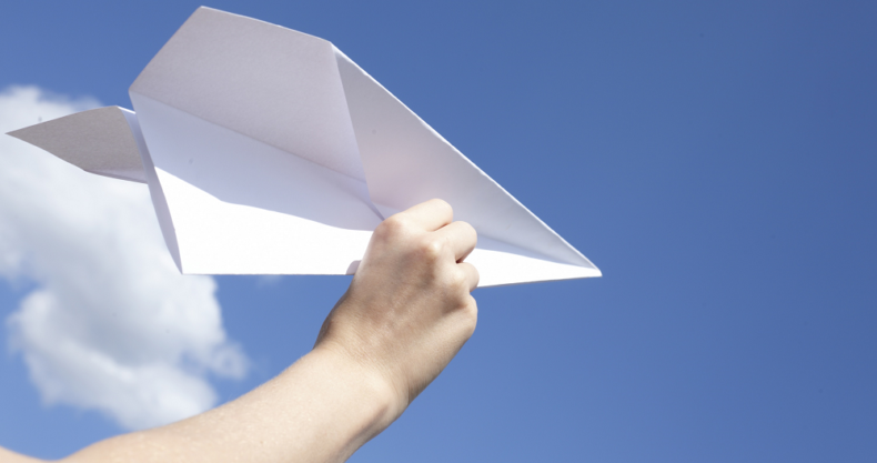 紙飛行機、手、空