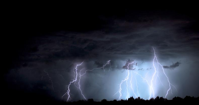 雷、稲妻、黒い雲