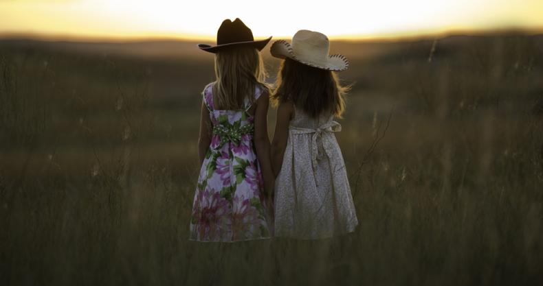 女の子、草原、夕やけ
