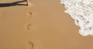 砂浜、足跡、足、波