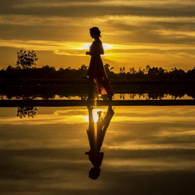 ゴールド、女性の影、朝焼け、夕焼け