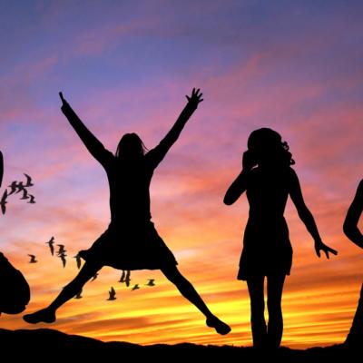 夕日、女性が4人、空、鳥