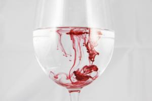 水、グラス、赤のインク