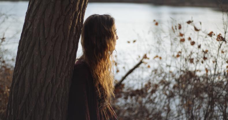 女性、大木、湖