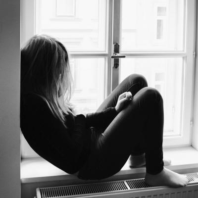 窓、女性、モノクロ