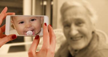 赤ちゃん、祖母、携帯