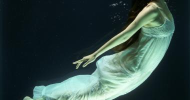 水中、女性、闇
