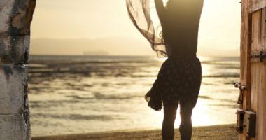 女性、夕日、海