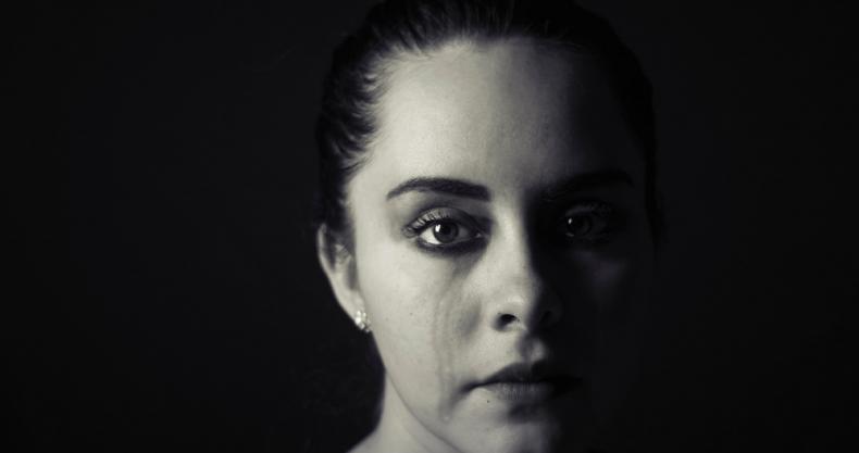 涙、女性、暗闇